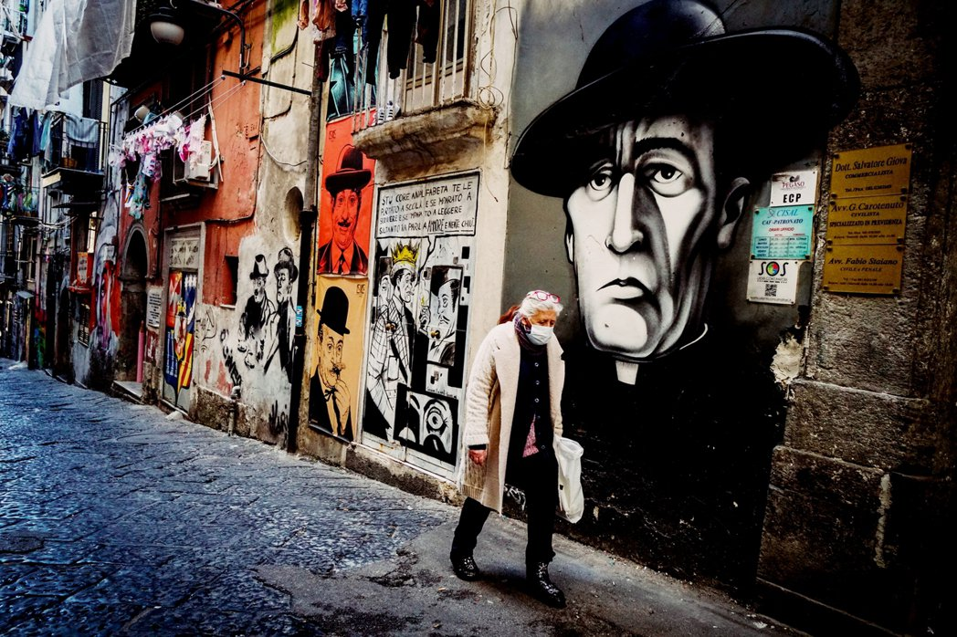 義大利醫療的未來似乎仍是一片陰霾。圖為疫情肆虐下的拿坡里街頭。 圖/歐新社