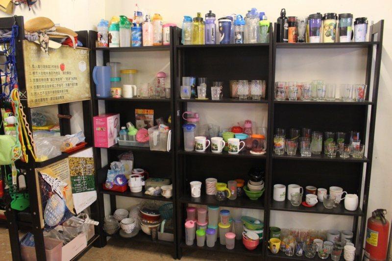 新竹縣峨眉有間免費商店,從布偶到小家電,不管全新、堪用的二手物品都可以在這邊交換...