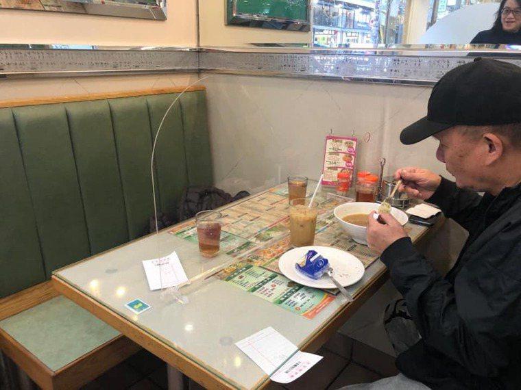 香港一間茶餐廳在陌生客人之間設有塑膠隔板隔開,是餐廳可仿效的作法之一。(圖片來源...