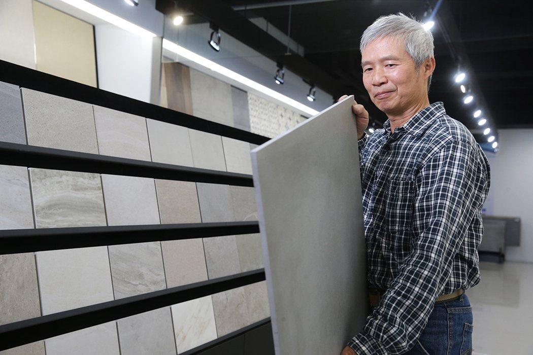 超過20年經驗的泥水師傅李清廣對於冠軍磁磚品質相當推崇。 攝影/記者 徐兆玄