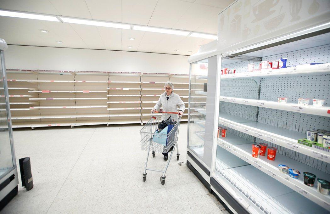 英國超市遭民眾搶購一空。 圖/路透社