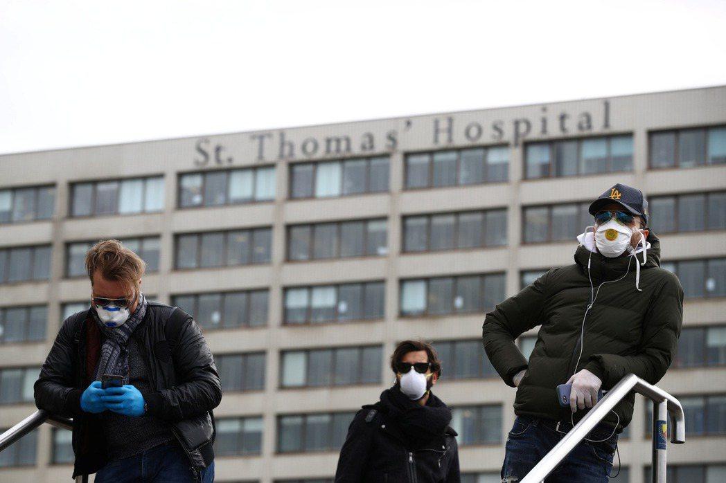 倫敦聖湯瑪士醫院前。 圖/路透社