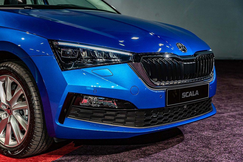 Skoda Scala外型上除擁有歐洲車精練的線條,更立體的水箱罩配上斜長形頭燈...