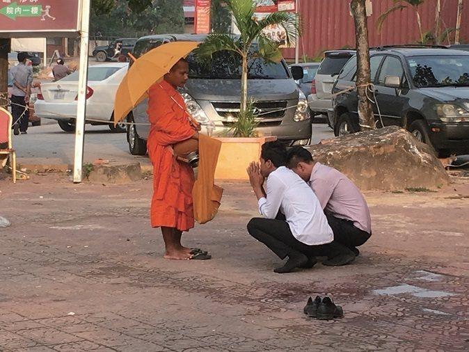 柬甫寨隨處可見佛教僧侶向人民祈福