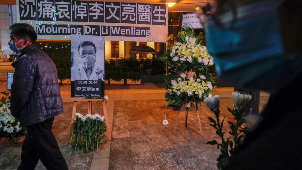 李文亮醫生2月6日逝世後,港人設堂獻花,沉痛悼念。 REUTERS
