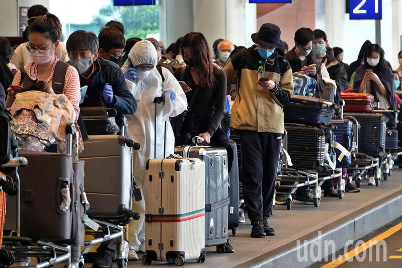 圖為機場入境大排長龍一景。記者鄭超文/攝影