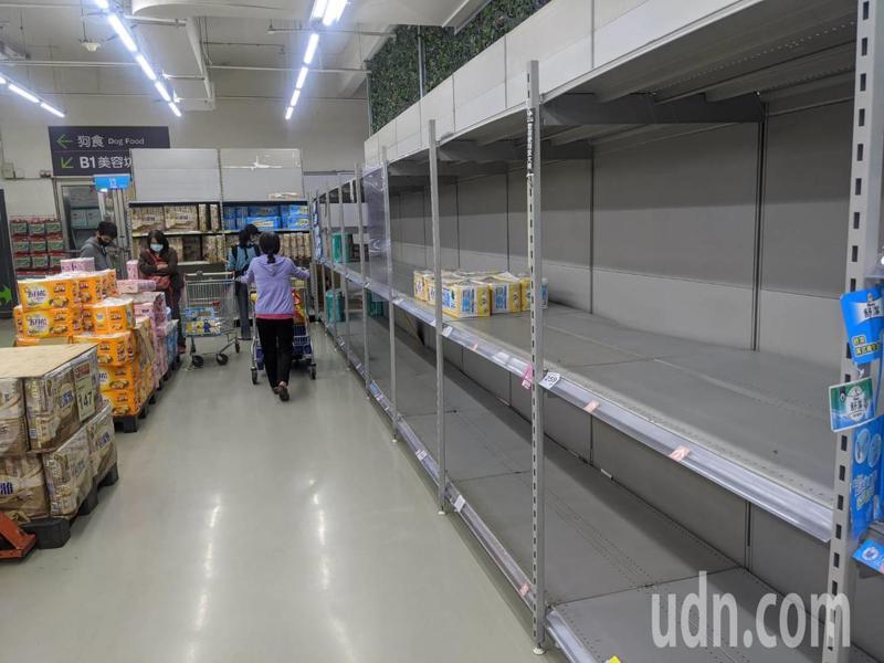 日前爆發搶購潮,賣場貨架上的衛生紙被搶購一空。 圖/聯合報系資料照