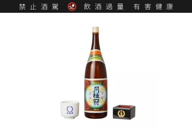 一升瓶上撰酒(附酒杯)。圖/Kenelephant ※ 提醒您:禁止酒駕 飲酒過...