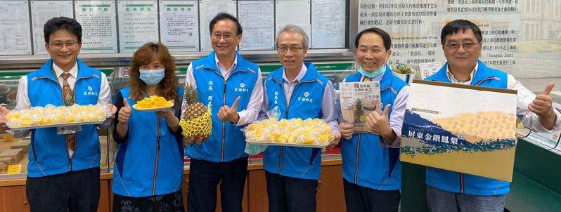 宜蘭郵局力挺農民,對3月即將進入鳳梨的盛產期,為避免滯銷及價格崩跌,虛實整合通路,大力促銷臺灣優質鳳梨。 圖/宜蘭郵局提供