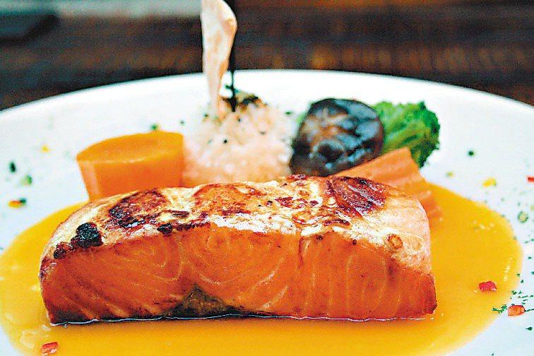 高蛋白高熱量的食物是癌友的第一選擇,最好在搭配適量的醣類及油脂,才能維持癌友在治...