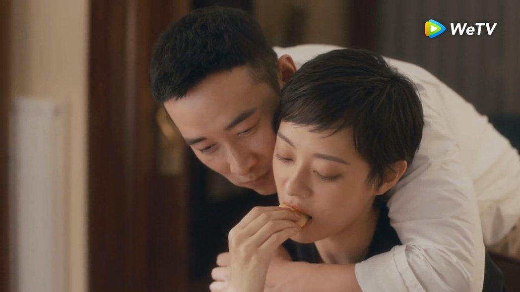 孫儷在「安家」餵羅晉吃蘋果,自己接著吃。圖/WeTV提供