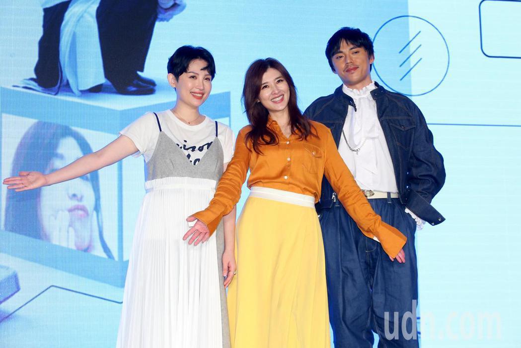 蘇慧倫(中)出席新專輯《面面》發片記者會,魏如萱(左)與HUSH(右)到場力挺。...