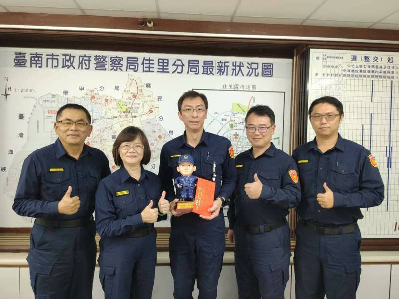 佳里警分台南佳里警分局佳里派出所警員李建漢(右三)協助失主找回鉅款,分局長斯儀仙(左二)今天公開表揚。圖/佳里警方提供