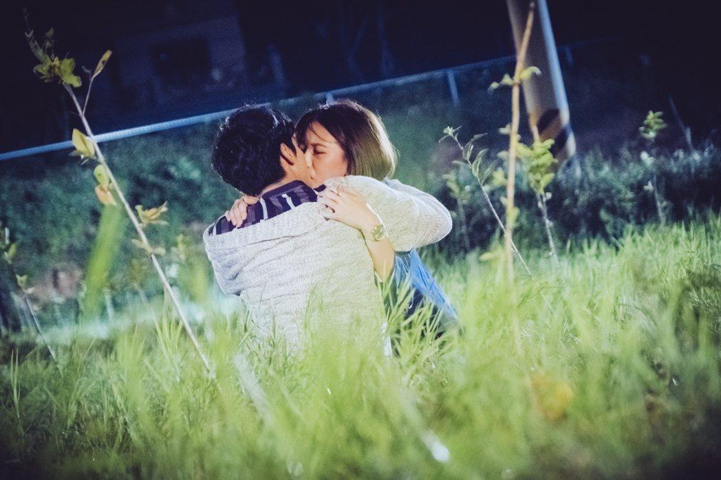 宋柏緯(左)、安心亞在「墜愛」戲中的一場草地KISS。圖/歐銻銻娛樂提供