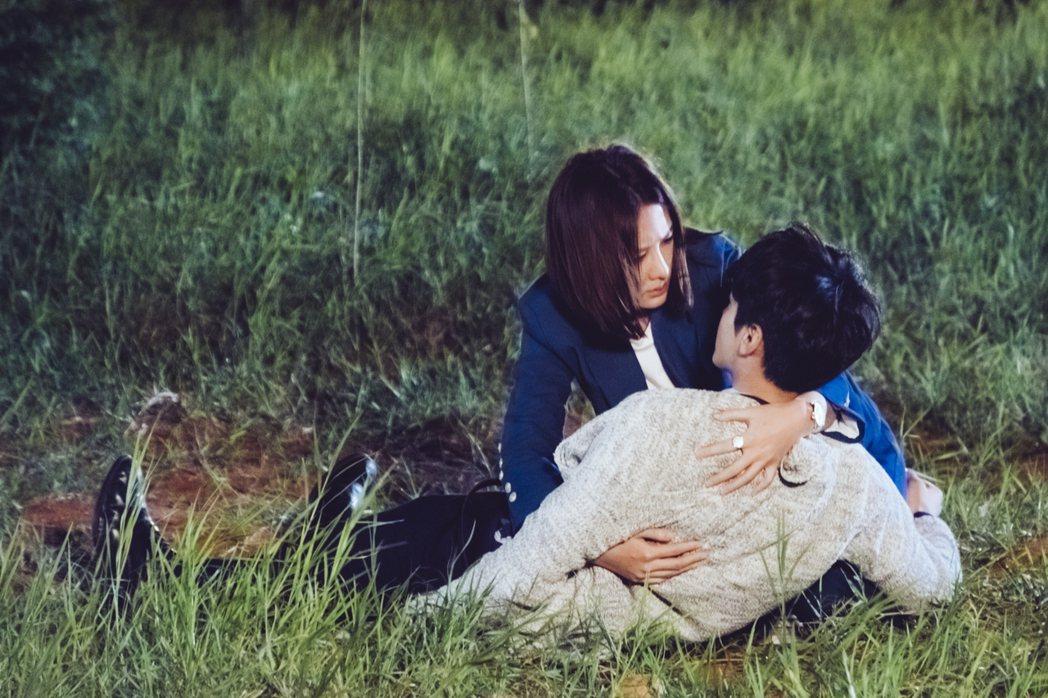 安心亞(左)抱起虛弱的宋柏緯。圖/歐銻銻娛樂提供