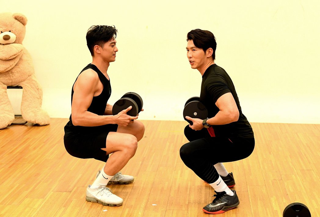黃少祺(右)勤練健身防疫。圖/三立提供