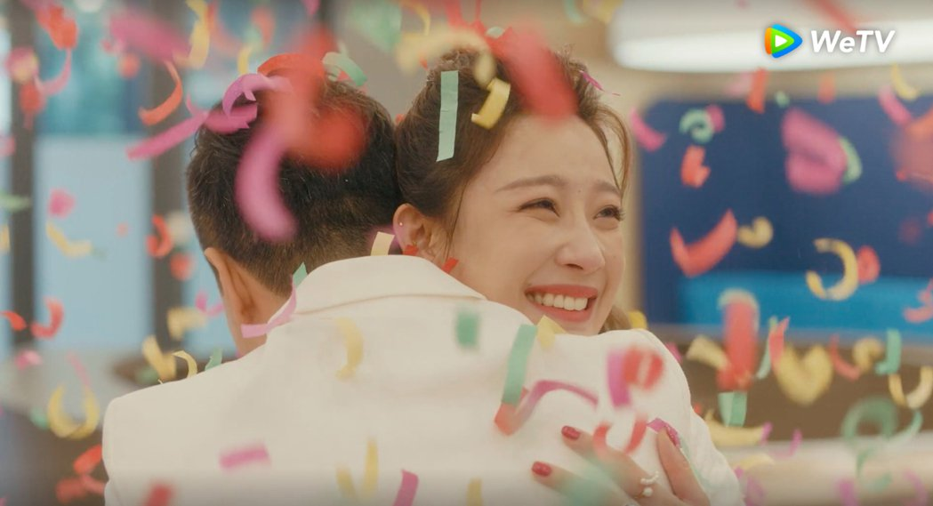 王子健向朱閃閃求婚,2人擁抱接受祝福。圖/WeTV提供
