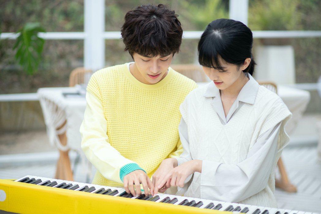 石承鎬與小陳妍希在新歌「酸酸的你」四手聯彈,害羞到自帶腮紅。圖/愛貝克思提供
