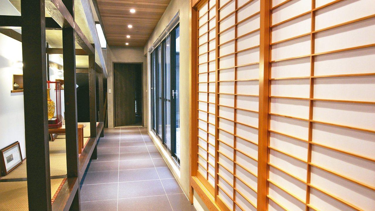 玻璃屋內廊道一隅,是曹爸喘口氣、喝茶的地方。 記者吳貞瑩/攝影