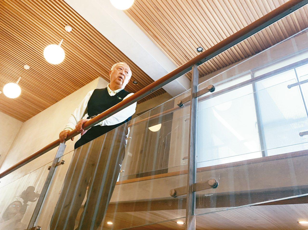 玻璃屋的無障礙坡道取代電梯,家人的腳步聲是最美的樂聲。 記者吳貞瑩/攝影