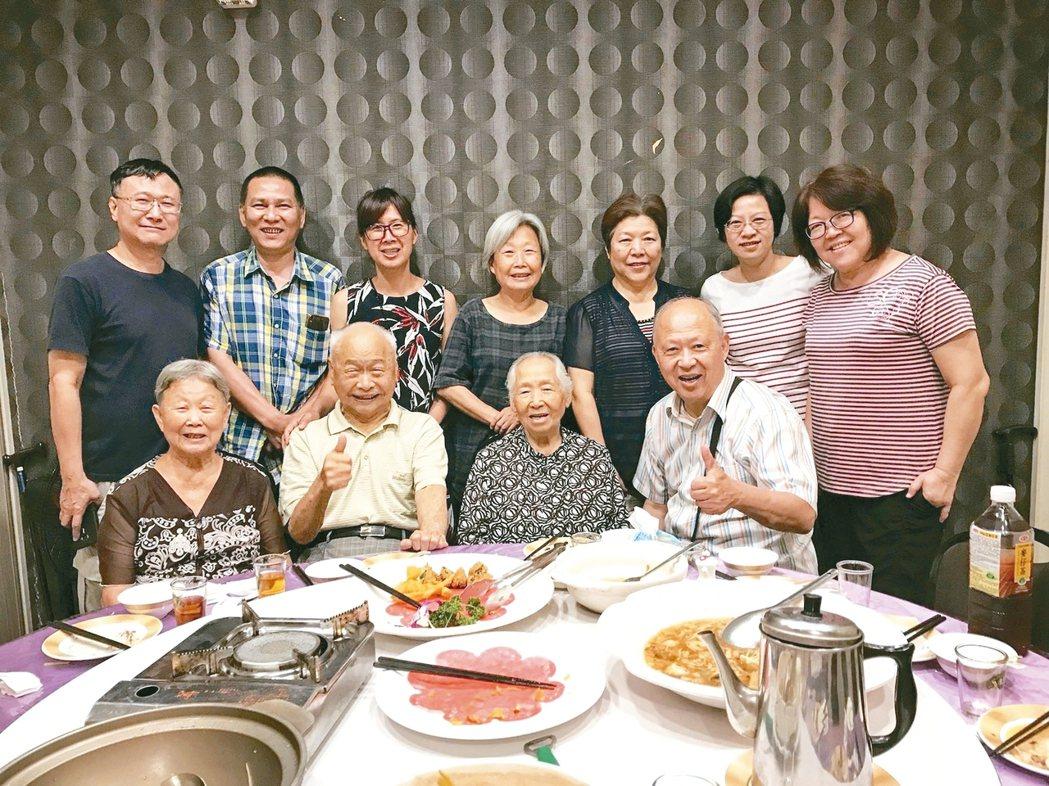 大林慈濟醫院失智症中心主任曹汶龍(前排右一)經營共老圈,每周聚餐宛若一家人。 圖...