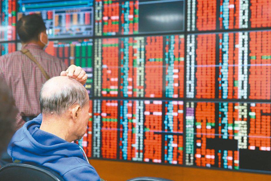 19日台股收在差不多最高的9234.09點,漲幅接近5%,補滿了前一天跳空下跌的缺口,也是疫情自一月底股市下跌以來,單日最大漲幅。 報系資料照/記者葉信菉攝影