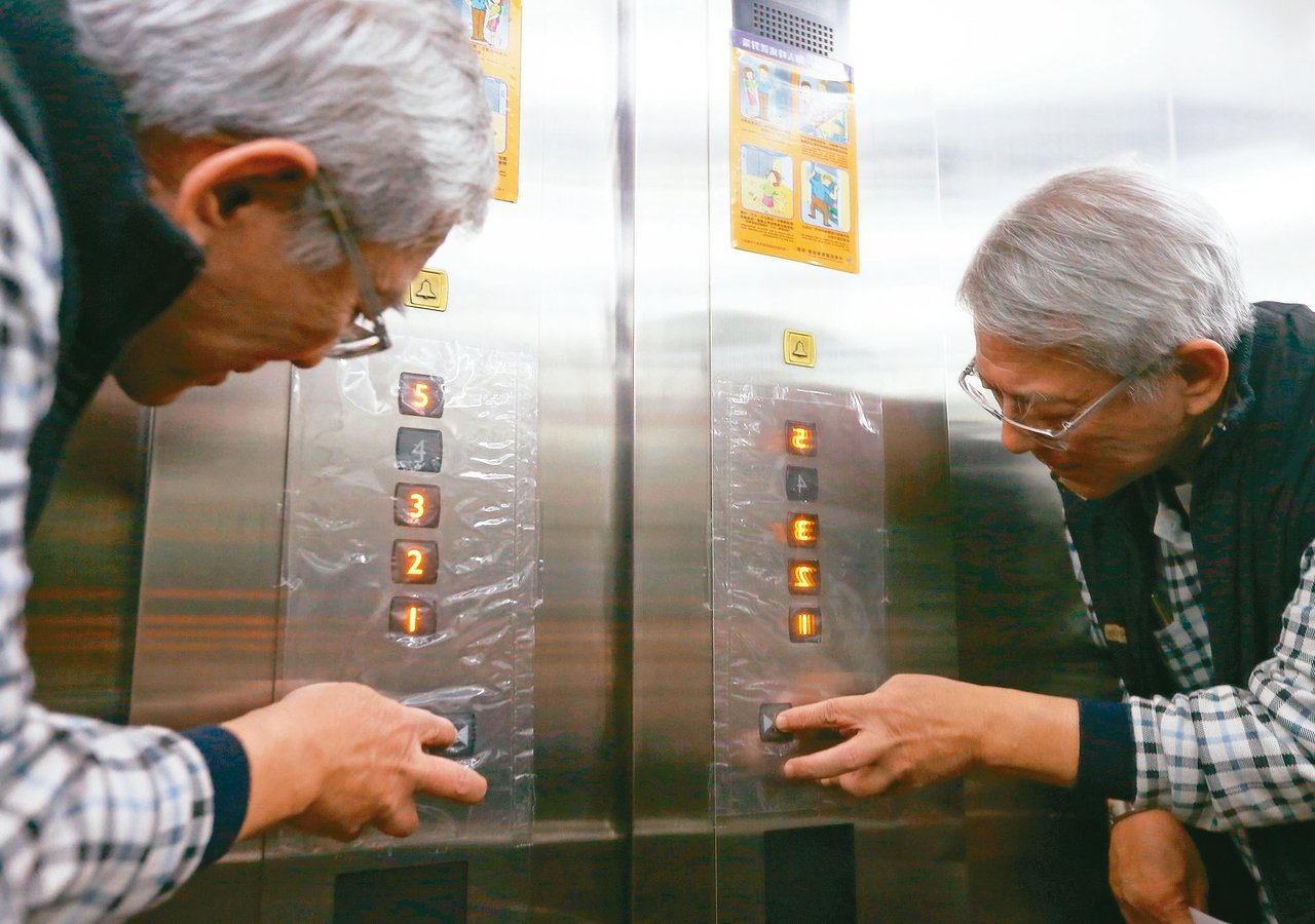 失智者對文字理解能力變差,搭乘電梯的標示若不清楚容易造成混淆。 記者高彬原/攝影