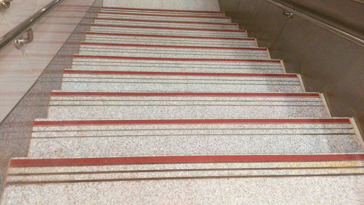 階梯應貼上止滑條。 圖╱湯麗玉提供