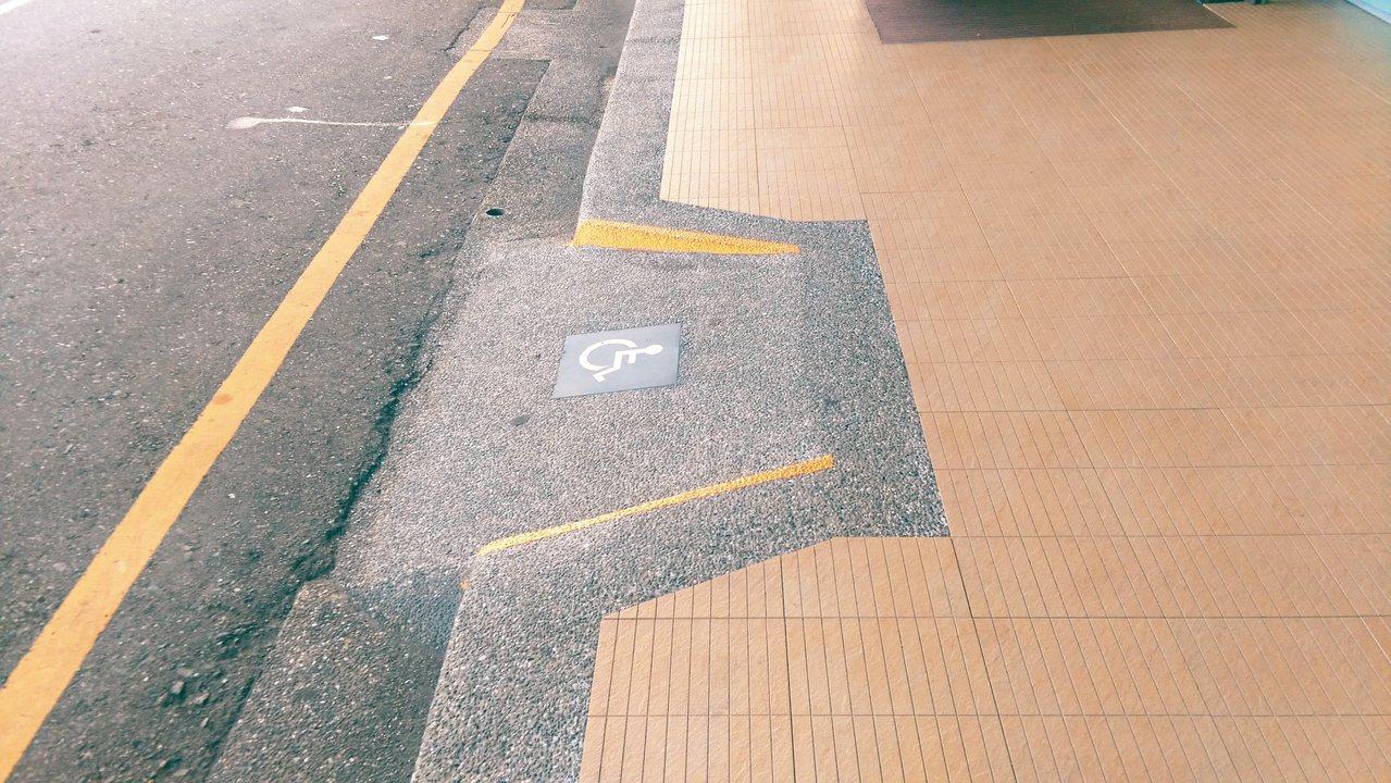地面高低差很清楚的人行道。 圖╱湯麗玉提供