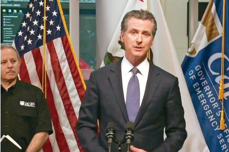 美國加州州長紐森(右)十九日晚間宣布,將「居家避疫」政策擴展至全州。 記者李秀蘭/攝影