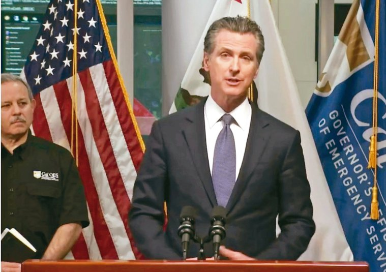 加州州長紐森(圖)十九日晚間宣布,全加州感染新冠病毒的病例以高比例迅速增加,他決...