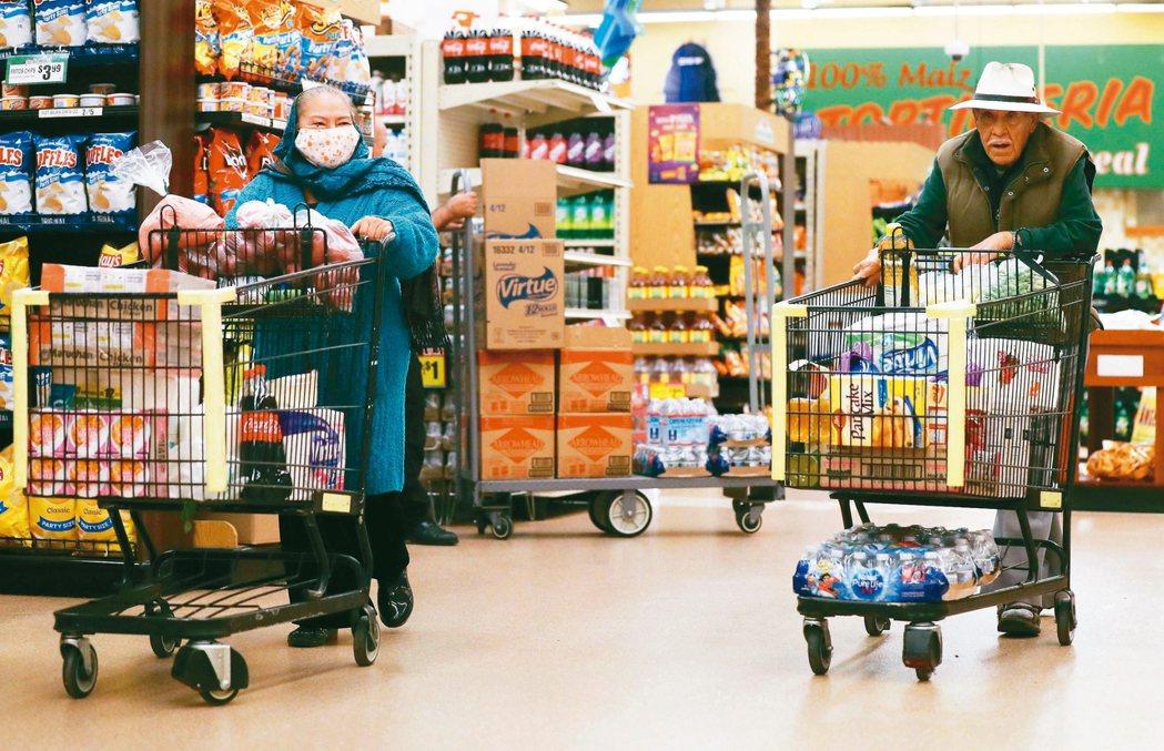 南加州北門超市提早一小時營業,提供早上七時至八時給長者和行動不便者購物。圖為一名...