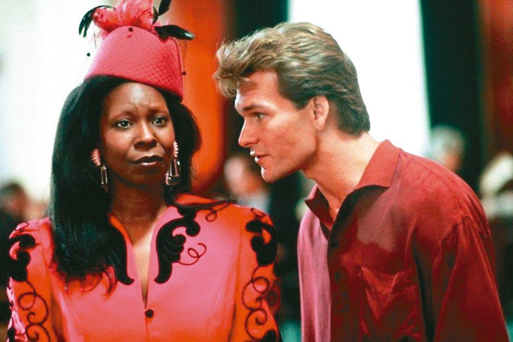 琥碧戈柏(左)在「第六感生死戀」中飾演靈媒,活靈活現的演出為她拿下一座奧斯卡最佳...