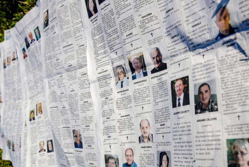 義大利新冠肺炎死亡人數急遽增加。圖為當地報紙訃聞版。 美聯社