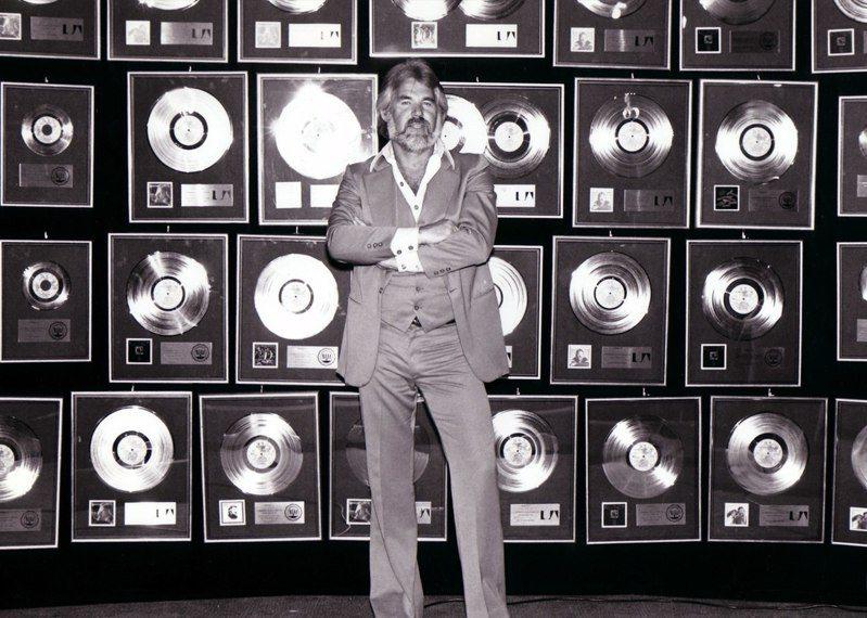 以沙啞渾厚嗓音創造許多樂壇經典的鄉村音樂傳奇肯尼羅傑斯,今晚以81歲之齡與世長辭。圖/取自Facebook