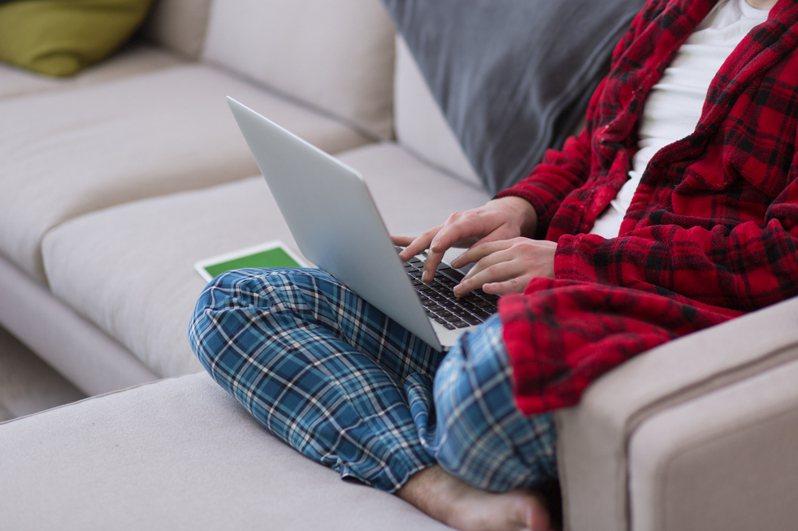 防疫時期,不出門旅遊是較好的選擇,但玩電動或上網的時間可能增加,董氏基金會提醒,每隔30分鐘一定要站起來活動活動。圖/ingimage