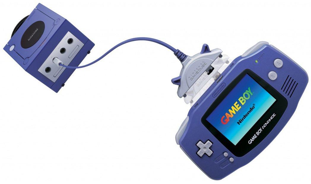 透過專屬的連接線,GBA 還可以跟 GameCube 主機連動,有名的遊戲例如《...