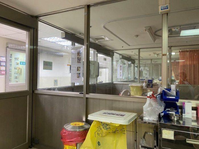 原PO住的負壓隔離病房周圍都是透明玻璃,內部沒有廁所和浴室。圖擷自Dcard