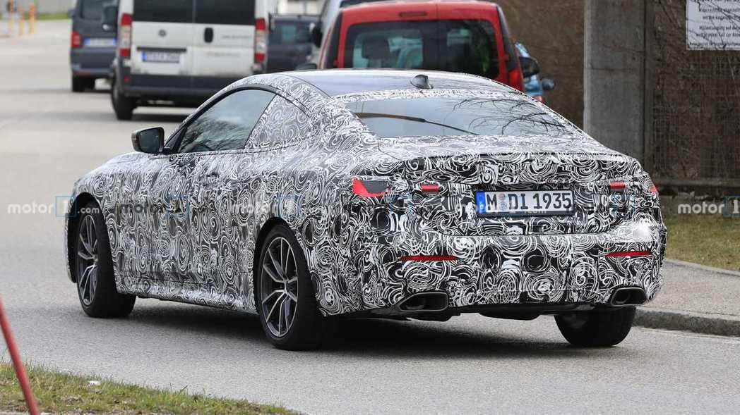 這輛新世代BMW 4 Series偽裝車推測為全新M440i。 摘自Motor ...