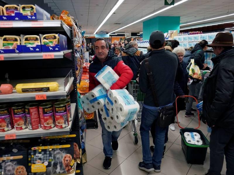西班牙政府3月14日宣布全國進入緊急狀態,隨後市民紛紛前往超市採購生活用品。(Reuters)
