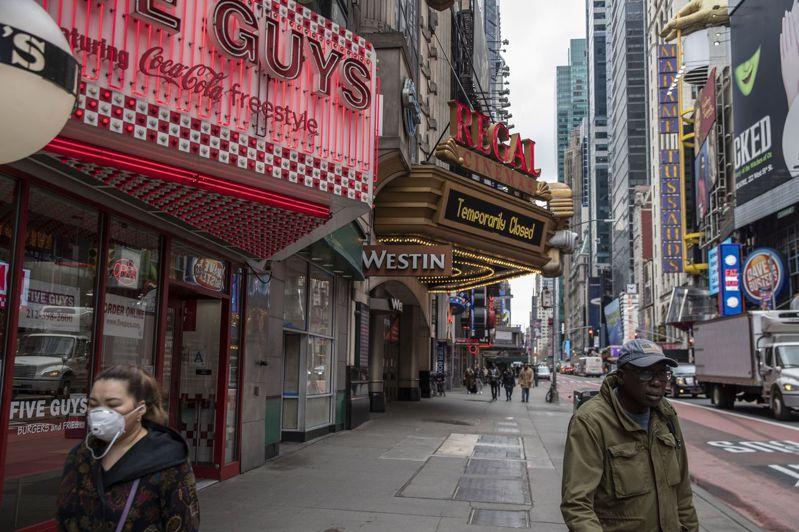 防疫措施導致電影院歇業,而電影暫停拍攝,英美大約17萬從業人員丟掉工作。法新社