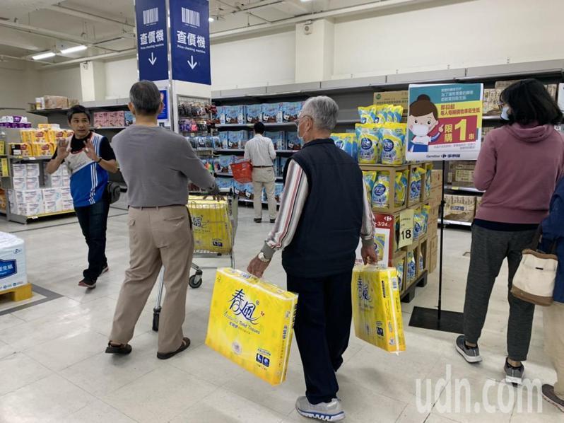 量販通路祭出衛生紙限購令,每人、每購物車限購1串衛生紙,有的消費者不清楚,工作人員趕緊提醒。記者徐如宜/攝影