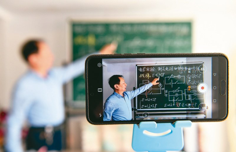 因應停課不停學,不少老師開始練習當「直播主」,為了提高遠距教學品質,升級設備。圖為大陸內蒙古呼和浩特市中學進行線上教學。新華社