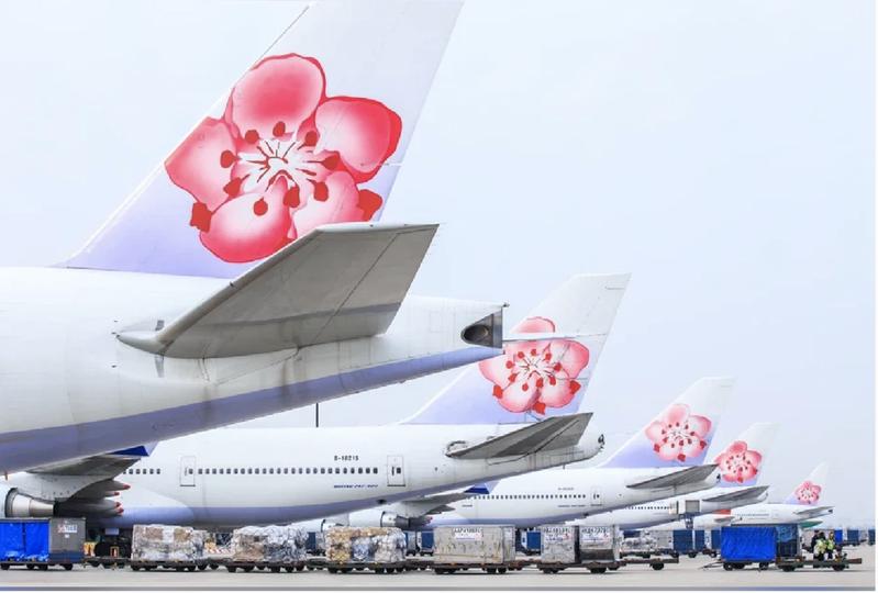 華航今天公布近一步的防疫措施,旅客自報到櫃檯開始,全程都要戴口罩。圖/華航提供