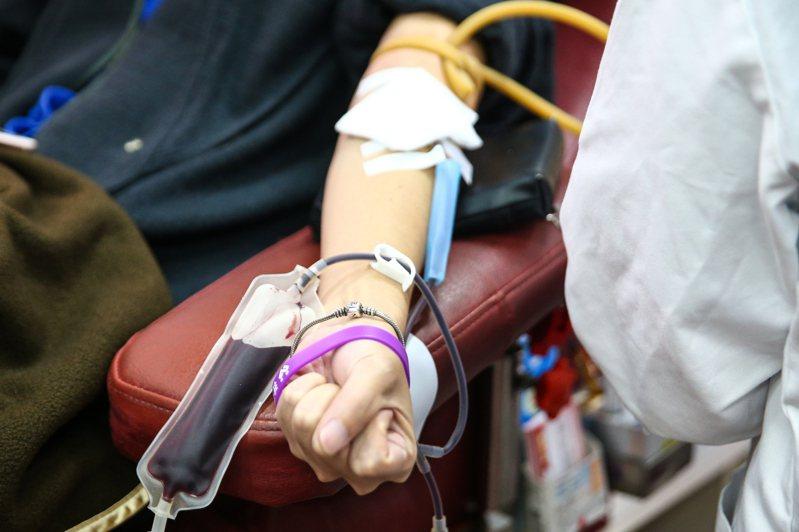 捐血車上民眾捐血的情形。本報資料照片
