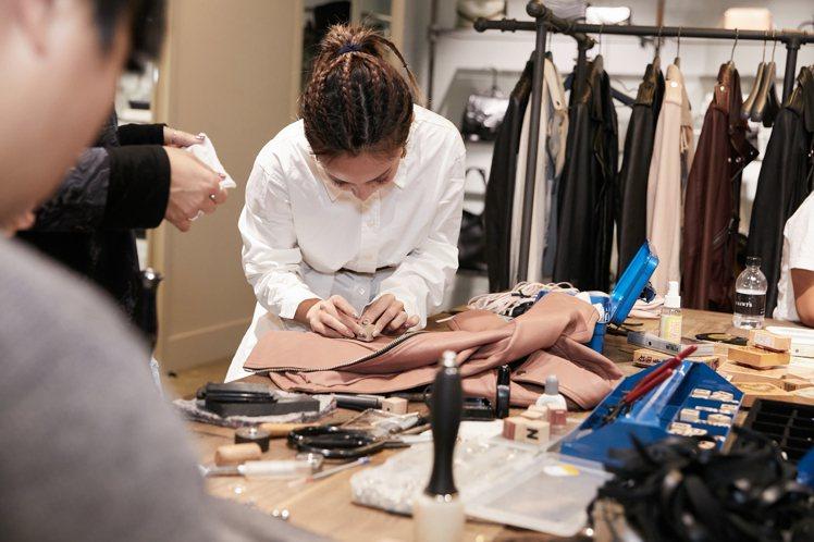 AllSaints請來專業皮革師傅與消費者進行設計上的討論,從鉚釘的釘扣、流蘇的...