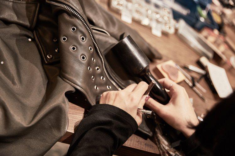 AllSaints於近日推出皮衣客製化服務,讓消費者於皮衣加上鉚釘、別針及流蘇細...