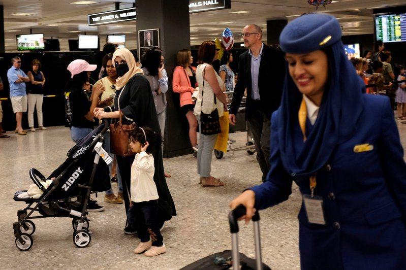 紐時報導,沙國只有較開明家庭的女性,才能享受自由旅遊、工作等權利。圖為美國華府杜勒斯國際機場的一群沙國旅客及空服員。路透