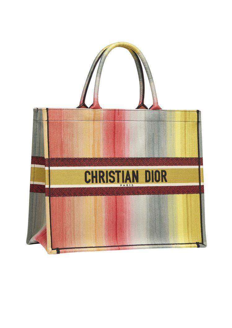 Book漸層虹彩帆布托特包,售價10萬元。圖/DIOR提供