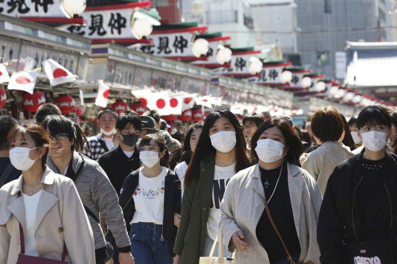 東京淺草的仲見世商店街20日仍擠滿遊客。美聯社